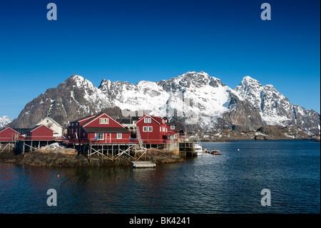 En bois rouge traditionnelle Rorbu Fishermens' huts dans village de Henningsvær en îles Lofoten en Norvège Banque D'Images