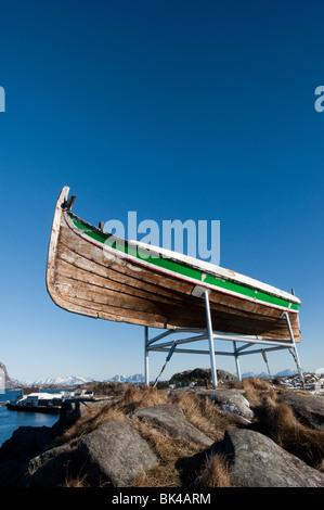 Vieux bateau de pêche en bois perché au-dessus du village de Henningsvær dans les îles Lofoten en Norvège Banque D'Images