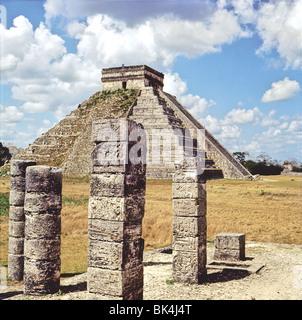 Kukulcan Pyramide comme vu à partir d'un groupe de colonnes sur le Temple des Guerriers, Chichen-Itza, Yucatan, Mexique