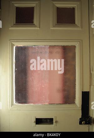 Tatty vieille branche avec porte avant en verre de sécurité câblé à l'intérieur de la fenêtre Banque D'Images