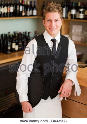 S'appuyant sur serveur en restaurant counter Banque D'Images
