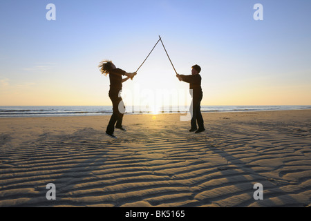 Garçons jouant, Sylt, au nord de l'archipel Frison, Nordfriesland, Schleswig-Holstein, Allemagne Banque D'Images