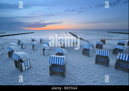 Chaises de plage sur la plage au coucher du soleil, de la mer Baltique, Mecklenburg-Vorpommern, Allemagne Banque D'Images