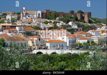 Le Portugal, l'Algarve, Silves, ville et Château vu sur les orangers Banque D'Images