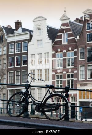Location stationné sur le pont au-dessus du canal dans le centre d'Amsterdam Pays-Bas Banque D'Images