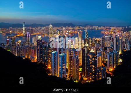 Vue sur Hong Kong depuis le Victoria Peak, l'horizon lumineux de Central se trouve en dessous du Pic, Pic Victoria, Banque D'Images