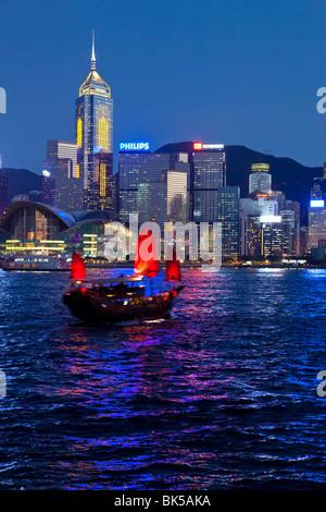 Vue de Kowloon de l'une des dernières jonques à chinois sur le port de Victoria, Hong Kong, Chine, Asie Banque D'Images