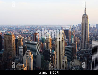 Empire State Building et Manhattan cityscape en fin d'après-midi, lumière, New York City, New York, États-Unis d'Amérique Banque D'Images