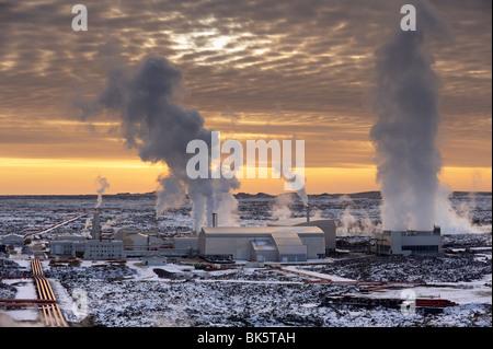 Svartsengi (Blue Lagoon) Station géothermique au coucher du soleil, Grindavik, péninsule de Reykjanes, l'Islande, Banque D'Images