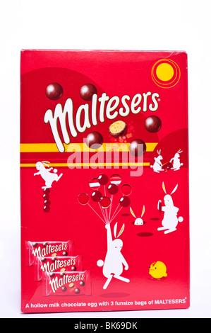 Un oeuf de pâques Maltesers dont 3 sacs funsize de maltesers sur fond blanc Banque D'Images