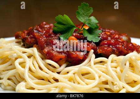 Spaghettis à la bolognaise, des plats italiens traditionnels Banque D'Images