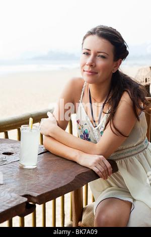 Femme au bar de plage Banque D'Images