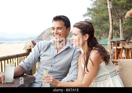 Couple at beach bar Banque D'Images