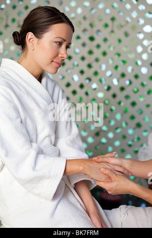 Woman having massage des mains Banque D'Images