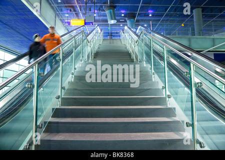 L'Europe, Allemagne, Berlin, gare moderne - escalator et escalier menant à la plate-forme. Banque D'Images