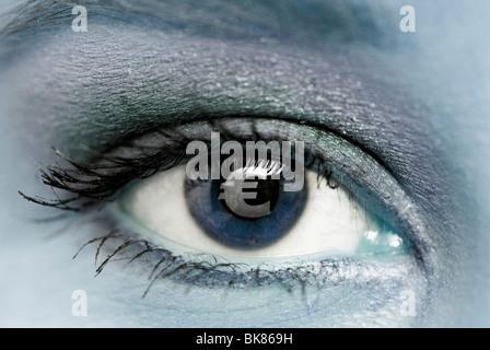 Symbole de l'euro dans l'oeil d'une femme Banque D'Images