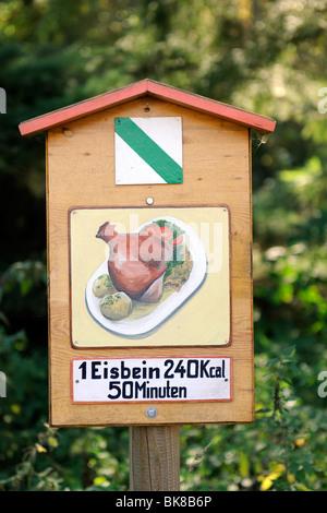 Inscrivez-vous sur un sentier de randonnée, indique la quantité de temps vous avez besoin de marcher sur un porc Banque D'Images