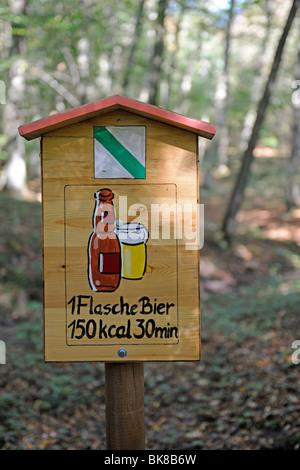 Inscrivez-vous sur un sentier de randonnée, indique la quantité de temps vous avez besoin de marcher sur une bière Banque D'Images