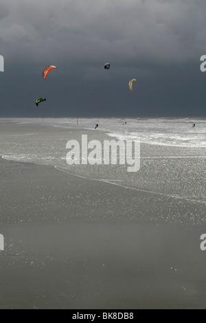 Le kitesurf au cours d'une tempête sur la mer du Nord, Saint Peter Ording, Schleswig-Holstein, Allemagne, Europe Banque D'Images