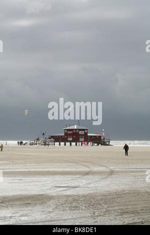 Centre aquatique X-H20 avec kite surfeurs lors d'une tempête sur la mer du Nord, Saint Peter Ording, Schleswig-Holstein, Banque D'Images