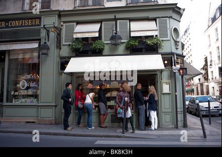 Paris, France, Groupe de touristes en face de la boulangerie française, Boulangerie-Patisserie extérieur, Shop avant, Banque D'Images
