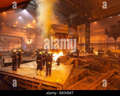 Les travailleurs de l'acier dans l'usine travaillant sur louche Banque D'Images