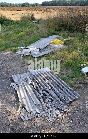 Feuilles de l'amiante dans les agriculteurs faisant l'objet d'un champ près de road Banque D'Images