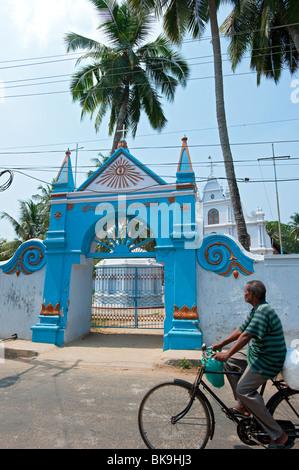 L'homme local sur location vélo passé l'Église, fort Cochin, Kerala, Inde Banque D'Images