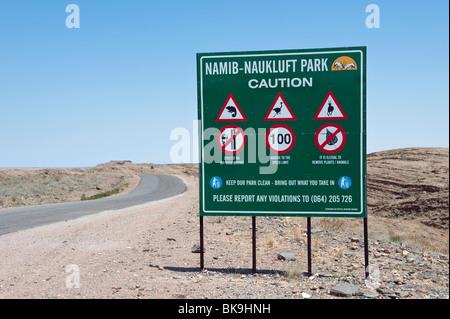 Namib Naukluft Park Road Sign sur le Kuiseb Pass C14 et parc national sur la façon de Walvis Bay et Swakopmund, Namibie