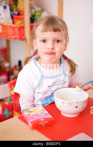Fille au petit déjeuner Banque D'Images