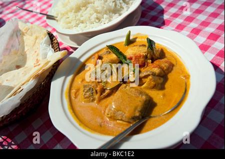 Fish Masala Curry avec du riz et du pain indien typique, Kerala, Inde