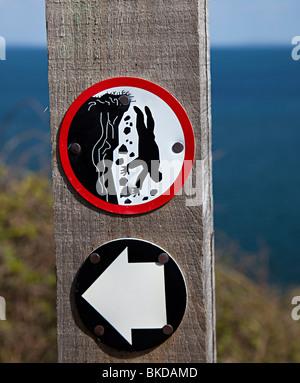 Symbole de danger falaise, sur la côte du Pembrokeshire, Pays de Galles chemin UK Banque D'Images