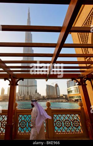 L'homme arabe regardant Fontaine de Dubaï à Burj Khalifa, plus haut gratte ciel du monde, 828 mètres, le Burj Dubai, Banque D'Images