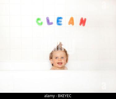 Baby Boy in bathtub Banque D'Images