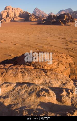 De longues ombres au lever du soleil dans le désert de Wadi Rum, Jordanie Banque D'Images