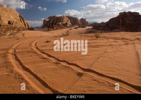Les traces de pneus dans le désert de Wadi Rum, Jordanie Banque D'Images