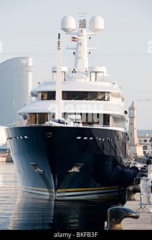 Un grand voile à la mer dans le port de Barcelone