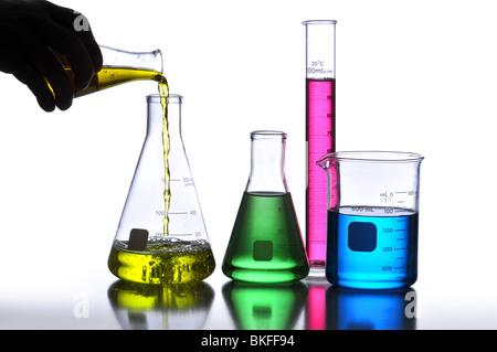 Verrerie de laboratoire contenant des liquides de couleurs différentes sur un fond neutre Banque D'Images