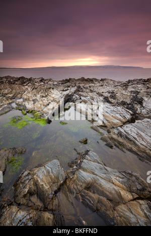 Rockpool sur le rivage rocheux de Godrevy Point à l'ensemble de St Ives, Cornwall, Angleterre. L'automne (octobre) Banque D'Images