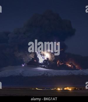 La foudre dans les nuages de cendre volcanique éruption, Eyjafjallajokull en Dalsel avec Farm, Iceland Banque D'Images