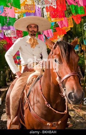 Guadalajara, Mexique, Charro (mexicain) Cowboy riding horse down cobblestone street, Club Charro Lienzo, Jalisco