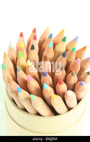 Crayons de couleur est assis dans une baignoire, vers le haut, dans une configuration en spirale Banque D'Images