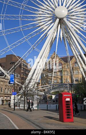 Détail de la roue de Sheffield avec une boîte de téléphone rouge de l'avant-plan, Sheffield, South Yorkshire, Angleterre, Banque D'Images