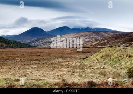 Glen Cassley, Sutherland, Scotland sur un jour de printemps, lumineux montrant plat de la vallée et les montagnes Banque D'Images