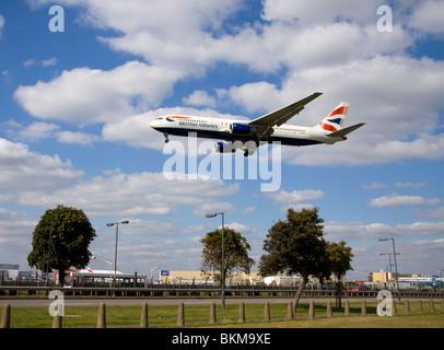 Avion volant à basse altitude, à l'atterrissage à l'aéroport London Heathrow Banque D'Images