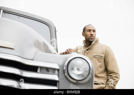 African American man standing next to old-fashioned chariot Banque D'Images
