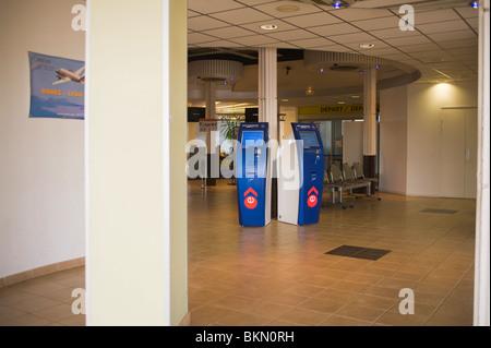 Les Machines à Air France à la zone de départ de l'Aéroport International de Rodez Aveyron France Banque D'Images