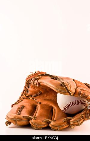Gant de baseball et balle isolés Banque D'Images