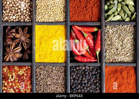 Cuisine indienne des épices dans un vieux bac en bois au-dessus de la photographie mise à plat Banque D'Images