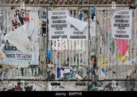 Mur de panneaux illégaux sur l'espace public à Prenzlauer Berg Banque D'Images